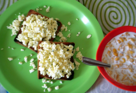 Scrambled eggs with toast